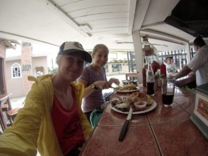 Costa Rican turistikaupungista löytyi grillikioski, josta sai valtavan kana-riisiannoksen neljällä eurolla! Vähemmästäkin hymyilyttää.