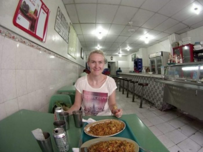 Panamassa kolmen dollarin aterialla. Edulliset syöttölät saattavat näyttää alkuun epäilyttäviltä, varsinkaan kun tussilla kirjoitetusta lounaslistasta ei ymmärrä mitään, mutta ruoka on hyvää, ja ennen kaikkea sen saa nopeasti.