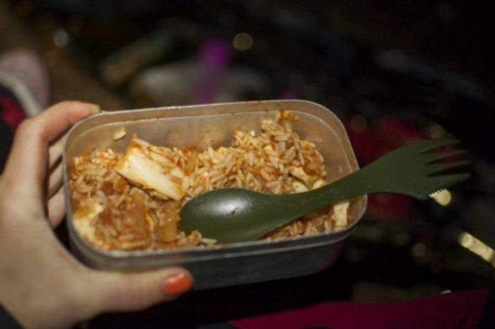 Yksi parhaista gluteenittomista ja lihattomista retkiruokaresepteistä: inkivääri-tomaatti-kiinankaali-halloumikastike ja riisiä.