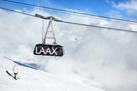 Kabiinit pumppaavat hiihtäjiä Crap Sogn Gion -yläasemalle 1128 metriä alempaa Laaxin kylästä.