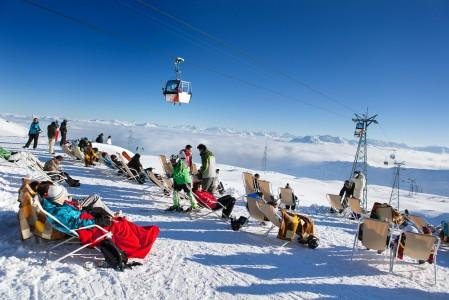 Vorabin ala-aseman terassi sijaitsee 2670 metrin korkeudessa. Täällä voi rentoutua vaikka alempaa paikalle tuovia hissikoppeja katsellen.