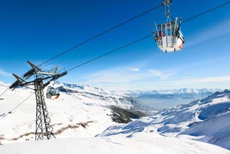 Taustalla Laaxin maisemaa halkova laakso erottaa Crap Sogn Gionin ja La Sialan hiihtolaueet toisistaan.