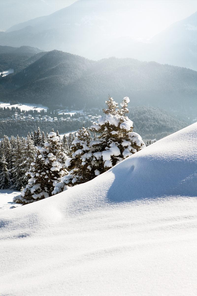 Kutsuvaa lumipatjaa Laaxin kylän yläpuolella.