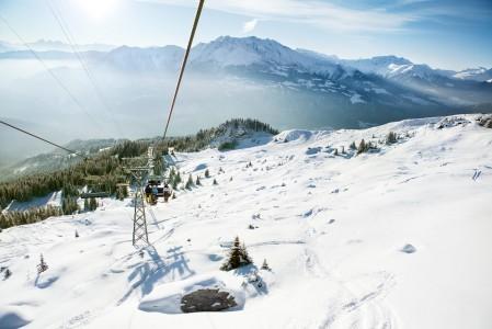 Mukava Ski route 80 vierustoineen jää tuolihissin alapuolelle, kun Laaxin kylästä noustaan Curnius-väliaseman kautta.