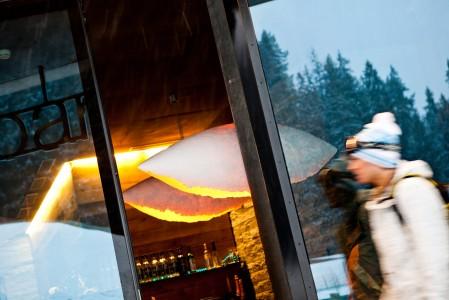 Laaxin ravintolat ja baarit ovat enimmäkseen hissiyhtiön luoman konseptin mukaisia, pelkistetyn tyylikkäitä ja viihtyisiä.