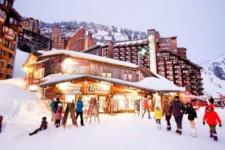 Avoriazin hiihtokeskuksen eläväinen kylä koostuu jättimäisistä, puuverhoilluista hotelleista.