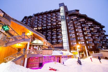 Avoriazin kylän keskelle sijoittuneessa ydinosassa on useita after-ski baareja ja ravintoloita jokaiseen makuun. Kylän ylempään osaan pääsee näppärästi hissiavusteista kulkureittiä usean hotellin läpi.