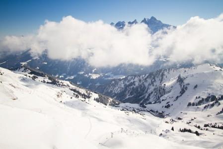 Tällä puolella harjannetta on Sveitsi ja Les Crosetsin hiihtoalue. Selän taakse avautuvalla puolella Ranska ja Avoriaz.