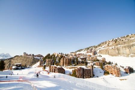 Avoriazin kylä on rakennettu aurinkoiselle harjanteelle, vain hiihtäjiä palvellakseen. Kylän alaosan hotellit ovat kuin rinteestä lumivyöryn mukana nykyisille paikoilleen valuneet ja pysähtyneet.