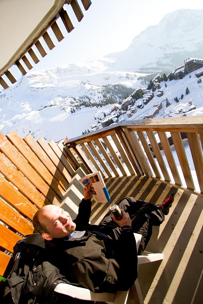 Avoriazin parvekkeelta avautuvissa maisemissa Skimbaaja-lehti ja after ski -olut ovat toimiva yhdistelmä.