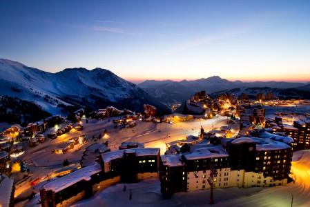 Avoriaz on iltavalossa erityisen tunnelmallinen alppikeskus. 800 metriä matalammalla laaksossa erottuu Morzinen valot.