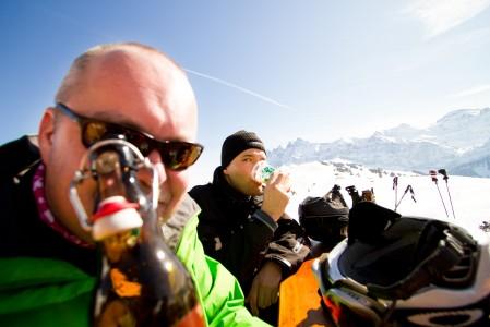 Le Mur Suisse -rinteen suorituksessa tulee helposti aurinkoisella kelillä jano. Sammutukseen on tarjolla lukuisia mainiolla maisemilla varustettuja rinneterassivaihtoehtoja.