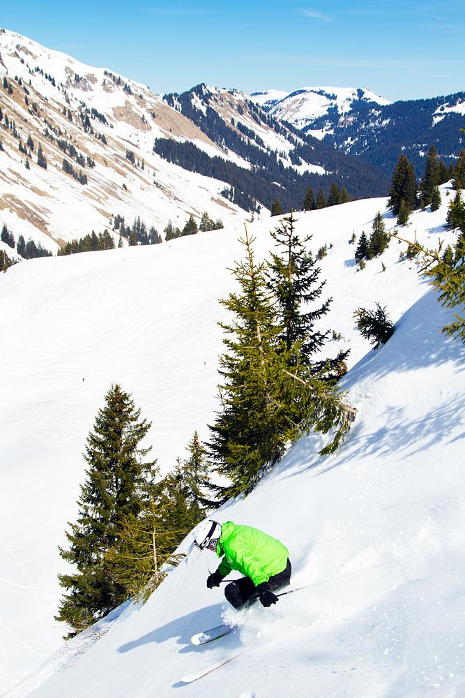 Jussi pujottelee pikkukuusikon lomasta kohti Champoussinin kylää Portes du Soleilin hiihtoalueella.