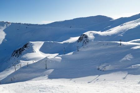 Höllenkarin hiihtoalueella on nopeita tuolihissejä ja hyvinhoidettuja rinteitä vauhdikkaan kumpuilevassa maastossa.