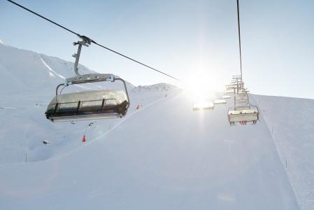 Ischglin hiihtoalueella on enimmäkseen nopeita ja mukavia tuolihissejä. Ylempänä hiihtoalueella esiintyy harvoin pahempia ruuhkia.