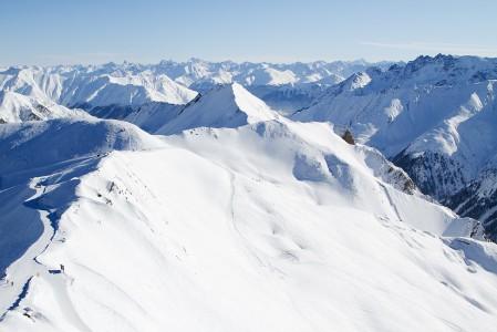 Vasemmalla olevan harjanteen vasemmalle puolelle jää Itävalta ja Ischgl. Oikealle avautuu Sveitsi ja Samnaunin hiihtoalue.