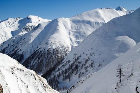 Ischglin Palinkopfin huipulta lähtee 10 km lasku, jonka keskivaiheilla mutkitellaan kuvassa näkyvää laaksoa pitkin. Rinteen viimeiset kilometrit Samnaun kylään edustalla Sveitsin puolella ovat lähes tasamaata.