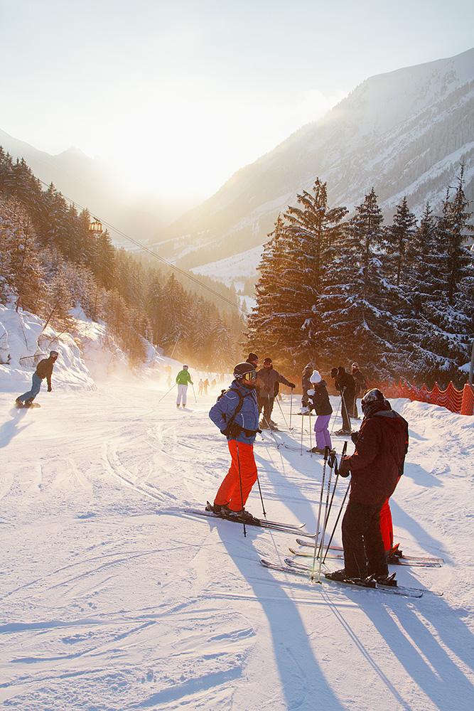 Iltapäivällä Ischglin kyläänlaskurinteessä voi olla tunkua tuhansien laskijoiden suunnatessa yhtäaikaisesti vauhdikasta after skitä kohti.