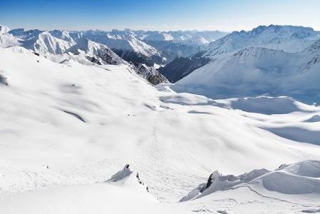 Greitspitziltä lähtee Samnaun laaksoon kuvan keskelle vievä monipuolinen offaripätkä. Oikealle jäävän Piz Ot -vuoren jäädessä taakse reitti kapenee, kunnes muuttuu jyrkähköksi ränniksi. Laskuväylä levenee pian Samnaun häämöttäessä.