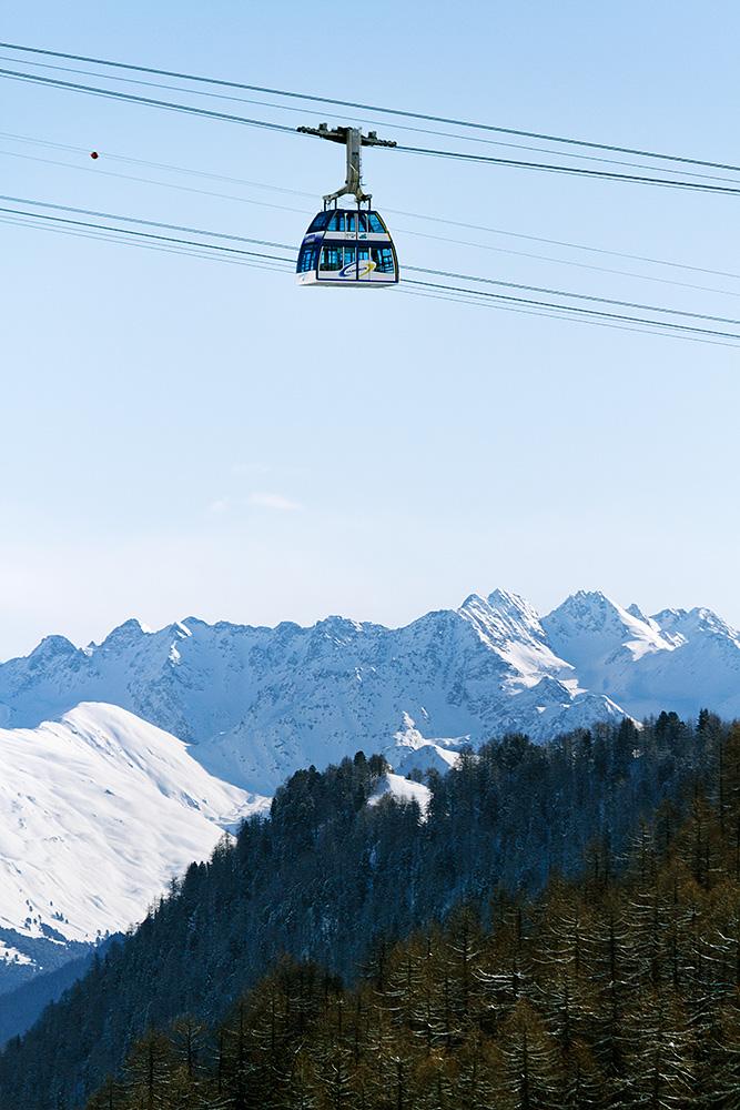Samnaun kylästä nousee kaksikerroksinen kabiinihissi Alp Trida-väliasemalle.