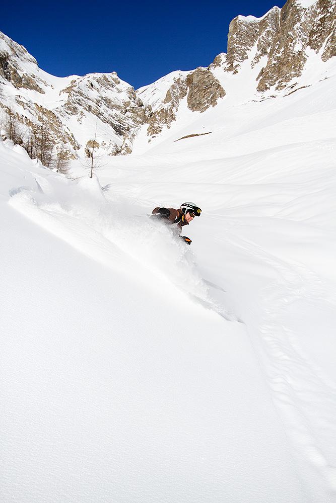 Greitspitziltä Samnaun kylää kohti edennyt off-piste on ensin kaventunut taustalla näkyvään ränniin. Tässä kohdassa laakson pohja on lähellä, ja tilaa pehmeän lumen pölläyttelyyn hyvin.
