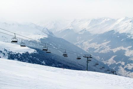 Seen hiihtokeskuksen tuolihissin takana avautuu ylempi Paznaun laakso. Taaempana laaksossa sijaitsee mm. Ischglin hiihtokeskus.
