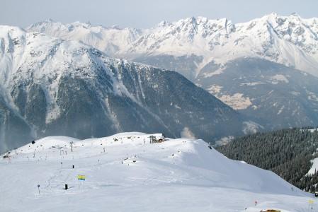 Paznaun-laaksossa sijaitsee suppeahko, muutaman päivän hiihtelyyn hienosti soveltuva Seen hiihtokeskus. Täällä ei tarvinne pelätä ruuhkia.