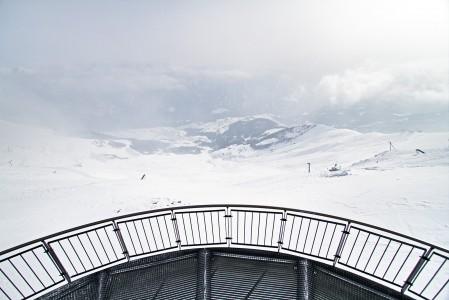 Serfaus / Fiss -hiihtoalueen Schönjoch-yläaseman lähellä sijaitsevalta maisematasanteelta avautuu vaikuttavaa katseltavaa Fissin kylää kohti.