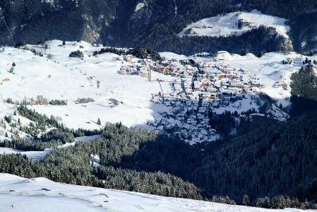 Serfauksen kylä sijaitsee aurinkoisella paikalla keskellä hiihtoaluetta.