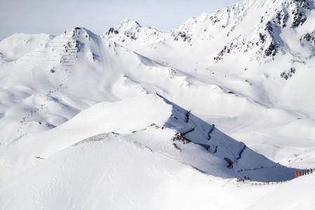 Taustalla näkyy Serfauksen hiihtoalueen rinnekartan vasemmanpuoleinen reuna, Pezid, 2770 m.
