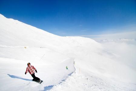 Lumilautailijalla on vielä rutkasti nautinnollista laskettavaa jäljellä kohti Fissin kylää.
