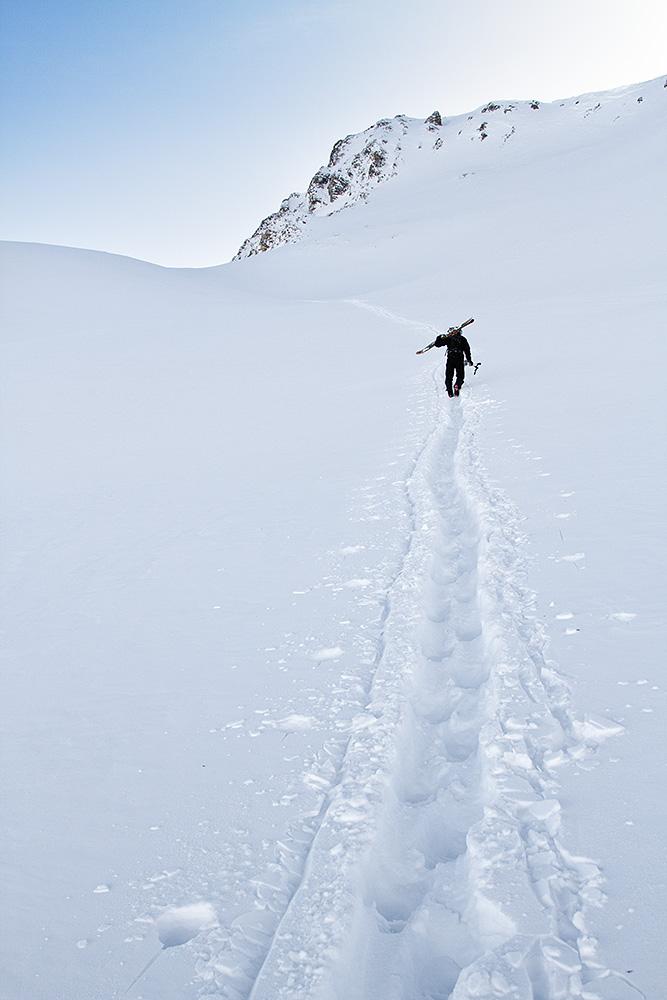 Serfauksen hiihtoalueen reunoilla saavutimme parinkymmenen minuutin haikkauksella hienoa laskettavaa.