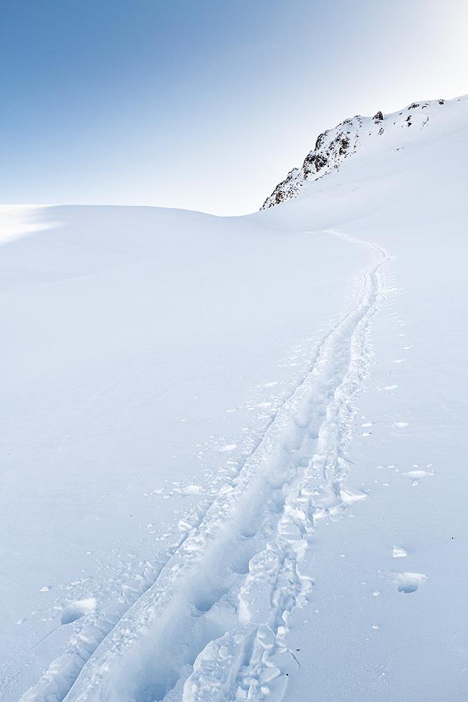 Serfauksen hiihtoalueen reunoilta löytyi riittävän koskemattomia alueita, joissa oli kuitenkin riittäväsi tampattua jälkeä helppoon nousemiseen.