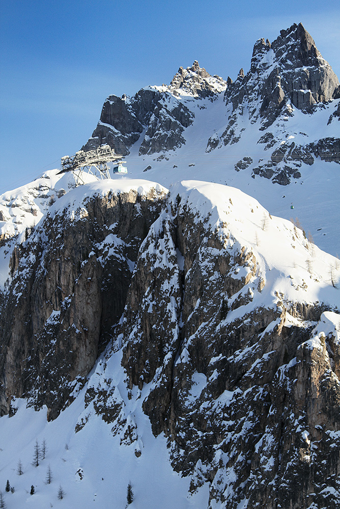 Arabban kylän viereisellä hiihtoalueella on jyrkkiä maastonmuotoja ja hienosti lunta säilyttäviä pohjoisen puoleisia seinämiä.