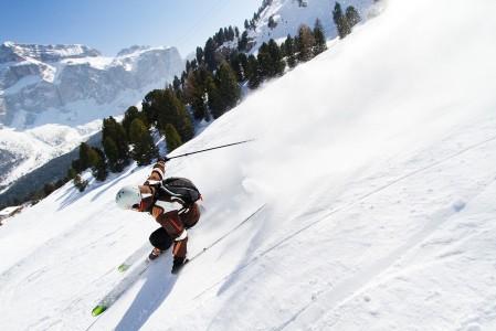Dolomiitit eivät jätä kävijäänsä kylmäksi. Loputon rinnevalikoima polttelee reisiä. Muista alppialueista poikkeava rosoisen kaunis maisema ja viehättävät rinnekahvilat palauttavat.