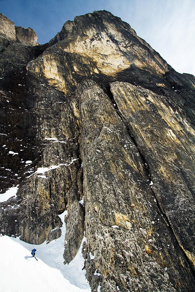 Tero tikkaa Sella-vuoren karheaa ja massiivista vierustaa pitkin alas.