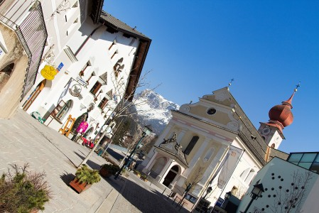 St. Ulrichin kylä sijaitsee Dolomiittien hiihtoalueen reunalla. Arabban kylästä ehtii juuri tekemään tänne päivän aikana kiireisen meno-paluun.
