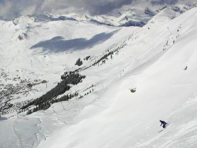 Hiihtopäivän päätteeksi sukset on suunnattu Verbierin kylän after ski -rientoja kohti.
