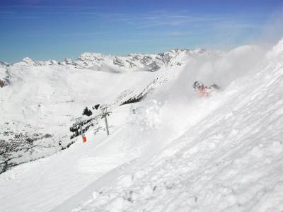 Runsaamman lumisateen jälkeen löytyy upottavan pölisevää laskettavaa yhtä lailla rinteiden vierustoilta. Tässä näppärästi heti Verbierin kylän yläpuolelta.