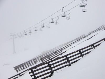 Tuolihissi pitää vapaapäivää sakeassa lumisateessa, Lech.