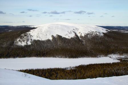 Kellostapulin huipulta alkaa Ylläksen nautinnollisin off-pistelaskusiivu järven rannan latu-uria kohti. Viettävällä seinämällä on huomioitava lumivyöryjen mahdollisuus.