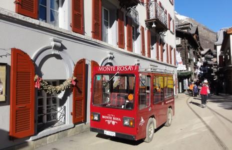 Virallisesti autottomassa Zermattissa kuljetaan sähköbusseilla.
