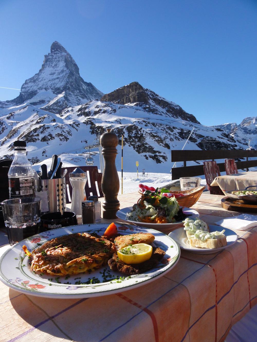 Lounastauko Matterhornin maisemissa.
