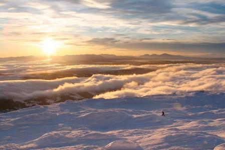 Tuuli on kuorruttanut pinnanmuodot Åren yläosan pinnanmuodot rapealla lumipeitteellä.