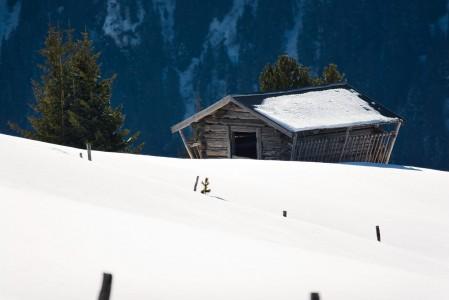 Iltapäivän valoon rauhallisesti pysähtynyt alppimaisema, Mayrhofen.