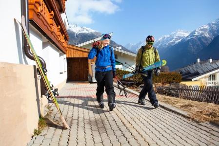 Aurinkoisena kevätaamuna ei tunnu lainkaan vaikealta nousta sängystä, jos ulko-oven takana voi laittaa sukset jalkaan ja aloittaa uuden mäkipäivän Alpeilla.