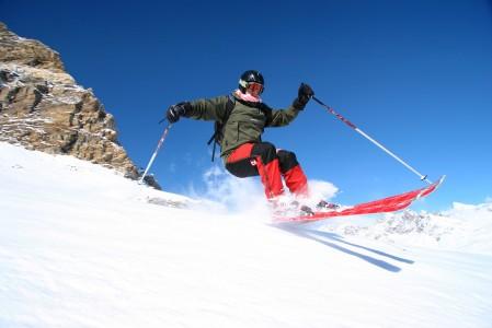 Zermattin hiihtoalue Matterhornin juurella on profiililtaan sen verran vauhdikas, että laskijalla on puuhaa suksien pitämisessä lumen pinnassa.