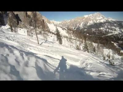 Offaria Cortinassa. Videossa vilahtaa myös itse hiihtokeskus.
