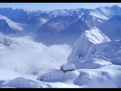 Bovecin hiihtokeskuksesta on suora yhteys Italian puolelle Sella Neveaan. Schengenin sopimuksen ja kattavan hissijärjestelmän myötä Bovecissa laskettelevilla on pääsy myös viereisen Sella Nevean rinteisiin Kanin-vuoren toisella puolella.