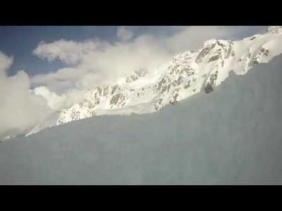 Off-pistelaskija joutuu lumivyöryyn. Kypäräkamera pysyy päällä koko karmivan episodin ajan. Noin 2 metrin syvyyteen lumen alle hautautuva uhri saadaan kaivettua onneksi ylös 5 minuutissa. Muistuttakoon video lumiturvallisuusasioiden tärkeydestä off-pisteil